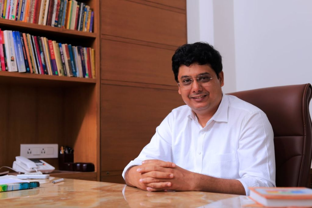 Ashish Mehta is helping big corporations to an ordinary man with his Vedic knowledge of Astro – Vastu